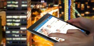 Immagine composita 3d del primo piano della donna di affari che tiene compressa digitale Immagine Stock