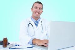 Immagine composita 3d del ritratto dell'uomo d'affari sorridente facendo uso del computer portatile Immagine Stock Libera da Diritti