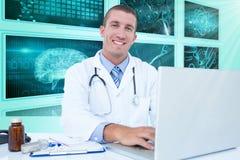 Immagine composita 3d del ritratto dell'uomo d'affari sorridente facendo uso del computer portatile Fotografie Stock Libere da Diritti