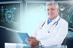 Immagine composita 3d del ritratto di medico maschio sicuro che per mezzo della compressa digitale Fotografia Stock