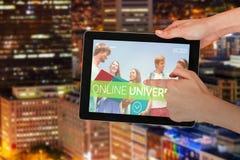 Immagine composita 3d della compressa digitale commovente delle mani contro fondo bianco Fotografia Stock