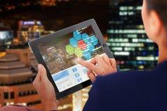 Immagine composita 3d della donna di affari che lavora alla compressa digitale sopra fondo bianco Immagine Stock
