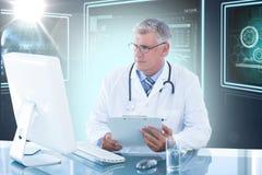 Immagine composita 3d della lavagna per appunti maschio della tenuta di medico mentre esaminando il monitor del computer Immagine Stock