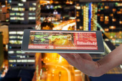 Immagine composita 3d della mano umana che tiene compressa digitale contro il fondo bianco Fotografia Stock