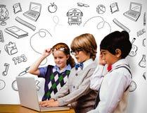 Immagine composita degli allievi che per mezzo del computer portatile Immagine Stock