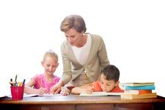 Immagine composita degli allievi d'aiuto dell'insegnante in biblioteca Fotografia Stock