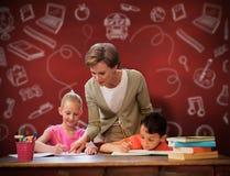 Immagine composita degli allievi d'aiuto dell'insegnante in biblioteca Immagini Stock