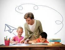 Immagine composita degli allievi d'aiuto dell'insegnante in biblioteca Fotografie Stock