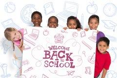 Immagine composita degli allievi elementari che mostrano carta Immagine Stock