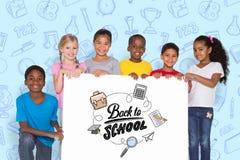 Immagine composita degli allievi elementari che mostrano carta Immagini Stock