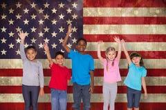 Immagine composita degli allievi elementari che sorridono e che ondeggiano Immagine Stock