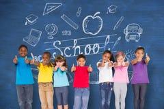 Immagine composita degli allievi elementari che sorridono mostrando i pollici su Fotografia Stock