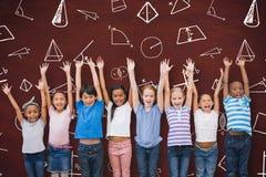 Immagine composita degli allievi svegli che sorridono alla macchina fotografica in aula Fotografie Stock
