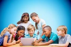 Immagine composita degli allievi svegli che utilizzano il computer della compressa nella biblioteca Fotografie Stock