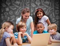 Immagine composita degli allievi svegli che utilizzano il computer della compressa nella biblioteca Fotografie Stock Libere da Diritti