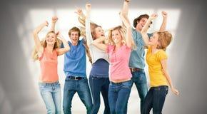 Immagine composita degli amici che fanno festa insieme mentre ridendo e sorridendo Fotografie Stock