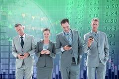Immagine composita degli impiegati che per mezzo del loro telefono cellulare Fotografie Stock Libere da Diritti