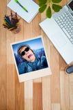 Immagine composita degli occhiali da sole d'uso dei pantaloni a vita bassa pazzi Fotografia Stock