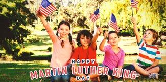 Immagine composita dei bambini che tengono bandiera americana fotografia stock libera da diritti