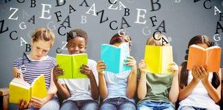 Immagine composita dei libri di lettura dei bambini al parco immagini stock