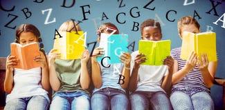 Immagine composita dei libri di lettura dei bambini al parco fotografia stock