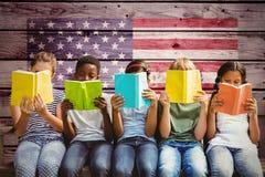 Immagine composita dei libri di lettura dei bambini al parco Fotografie Stock Libere da Diritti