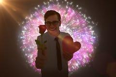 Immagine composita dei pantaloni a vita bassa geeky che tiene una carta del cuore e della rosa rossa Fotografie Stock