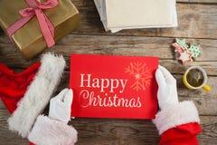 Immagine composita del Babbo Natale che tiene un cartello rosso Fotografie Stock