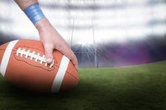 Immagine composita del giocatore di football americano che dispone la palla 3D Fotografie Stock Libere da Diritti