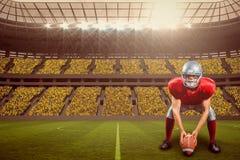 Immagine composita del giocatore di football americano che dispone palla mentre giocando con 3d Fotografia Stock Libera da Diritti