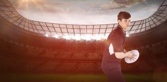Immagine composita del giocatore di rugby circa per gettare una palla di rugby 3D Fotografia Stock Libera da Diritti