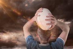 Immagine composita del giocatore di rugby circa per gettare una palla di rugby 3D Fotografia Stock