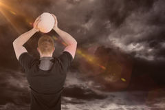 Immagine composita del giocatore di rugby circa per gettare una palla di rugby 3D Immagine Stock