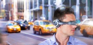 Immagine composita del giovane bello con il simulatore di realtà virtuale fotografia stock libera da diritti
