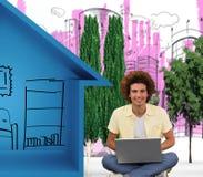 Immagine composita del giovane sorridente che per mezzo del computer portatile sul pavimento Fotografia Stock Libera da Diritti