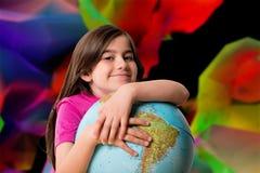 Immagine composita del globo sorridente della tenuta dell'allievo sveglio Fotografia Stock