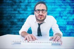 Immagine composita del lavoratore di affari con i vetri di lettura sul computer Fotografia Stock