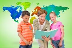 Immagine composita del libro di lettura dell'insegnante con gli allievi alla biblioteca Fotografia Stock