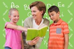 Immagine composita del libro di lettura dell'insegnante con gli allievi alla biblioteca Fotografia Stock Libera da Diritti