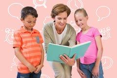 Immagine composita del libro di lettura dell'insegnante con gli allievi alla biblioteca Immagine Stock