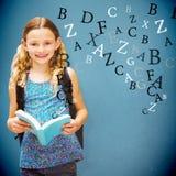Immagine composita del libro di lettura sveglio della bambina in biblioteca immagini stock