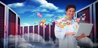 Immagine composita del maschio sorridente con il suo computer portatile 3d Fotografie Stock