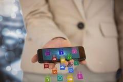 Immagine composita del midsection dello Smart Phone 3d della tenuta della donna di affari Fotografia Stock