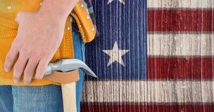 Immagine composita del primo piano della cinghia d'uso dello strumento del riparatore maschio Immagini Stock Libere da Diritti