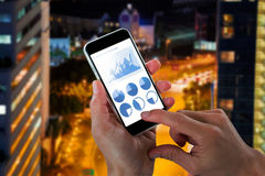 Immagine composita del primo piano delle mani potate che tengono telefono cellulare Fotografia Stock Libera da Diritti