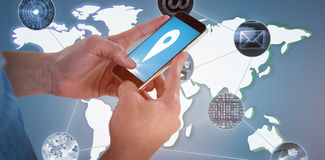 Immagine composita del primo piano dello Smart Phone 3D della tenuta dell'uomo Immagine Stock Libera da Diritti