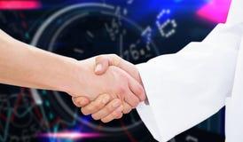 Immagine composita del primo piano di un medico e di un paziente che stringono le mani Immagini Stock Libere da Diritti