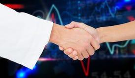 Immagine composita del primo piano estremo di un medico e di un paziente che stringono le mani Immagine Stock Libera da Diritti