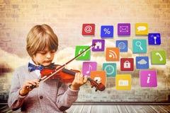 Immagine composita del ragazzino sveglio che gioca violino Immagini Stock