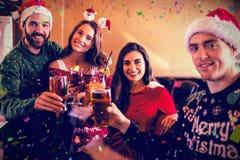 Immagine composita del ritratto degli amici che bevono birra e cocktail Fotografie Stock Libere da Diritti